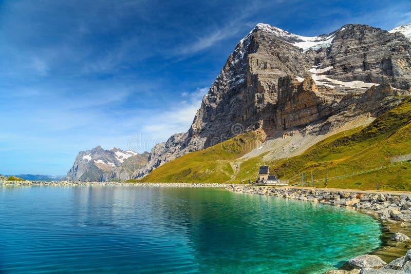Alpejski turkusowy jezioro i Eiger Północna twarz, Bernese Oberland, Szwajcaria zdjęcia stock