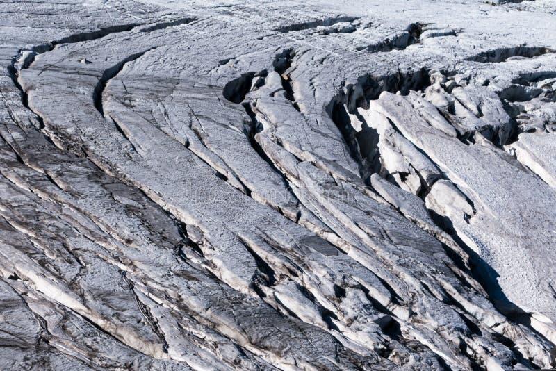 Alpejskiego lodowa crevasses wystawiający na powierzchni w lecie zdjęcia stock