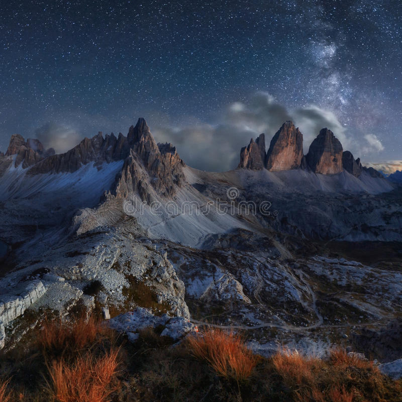 Alpen-Berglandschaft mit nächtlichem Himmel und Mliky-Weise, Tre Cime d stockbilder