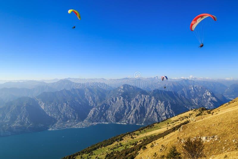 Alpen en Garda-meer stock afbeeldingen
