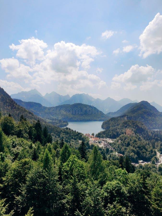 Alpen en meren op een zomerdag in Duitsland Van de heuvel naast het kasteel van Neuschwanstein Weergave van de royalty-vrije stock foto's