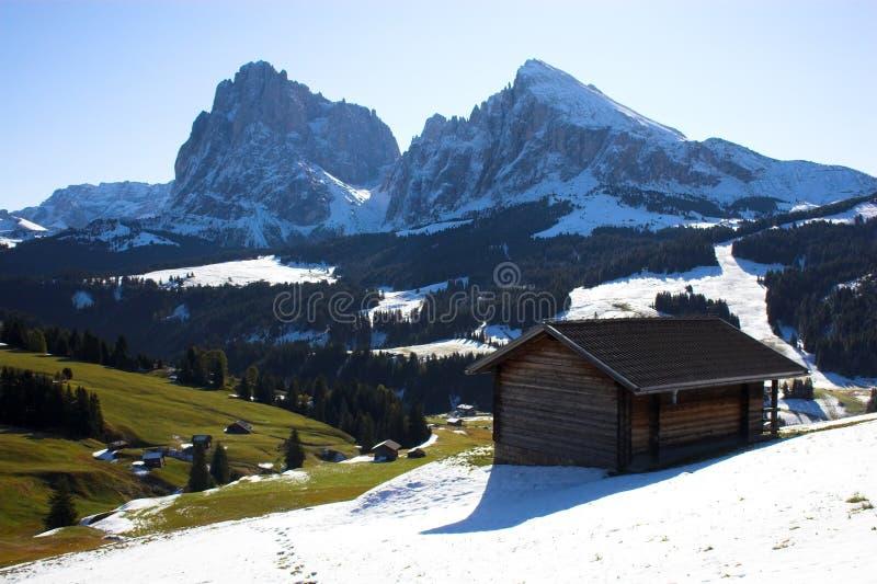 Alpen und Protokollhaus lizenzfreie stockfotografie