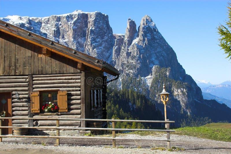 Alpen und Protokollhaus stockfoto