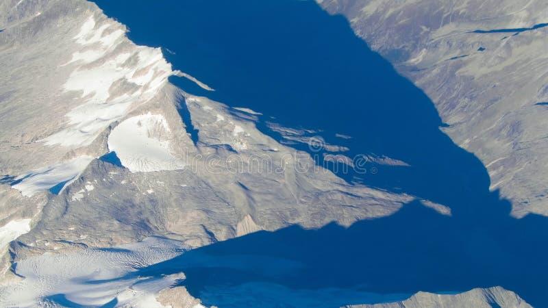 Alpen van het vliegtuigvenster stock afbeelding