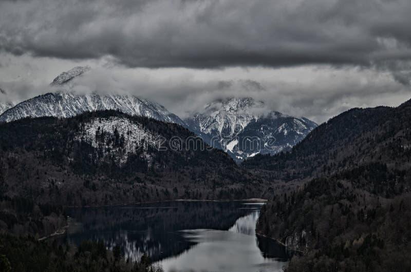 Alpenberg und -see an einem kalten Tag mit Schnee stockfotografie