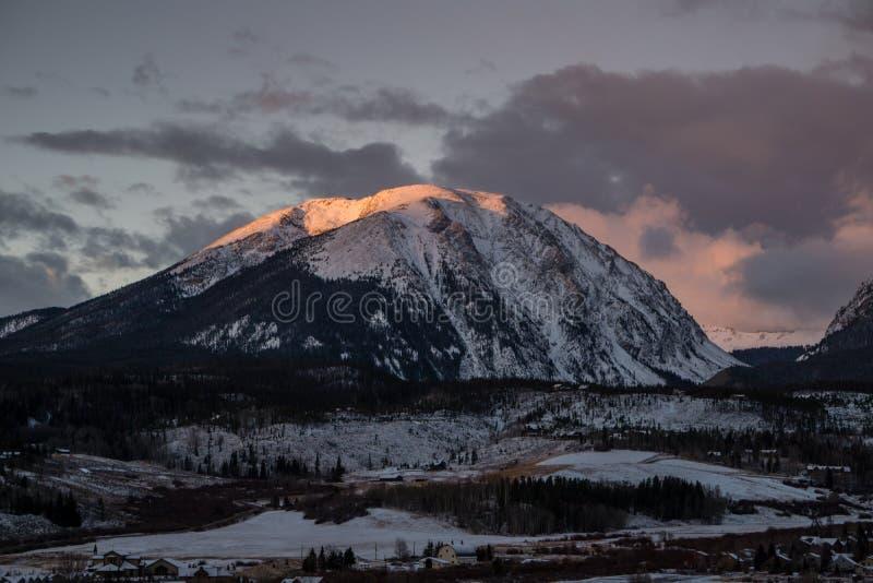Alpenglow auf Büffel-Berg lizenzfreie stockfotos