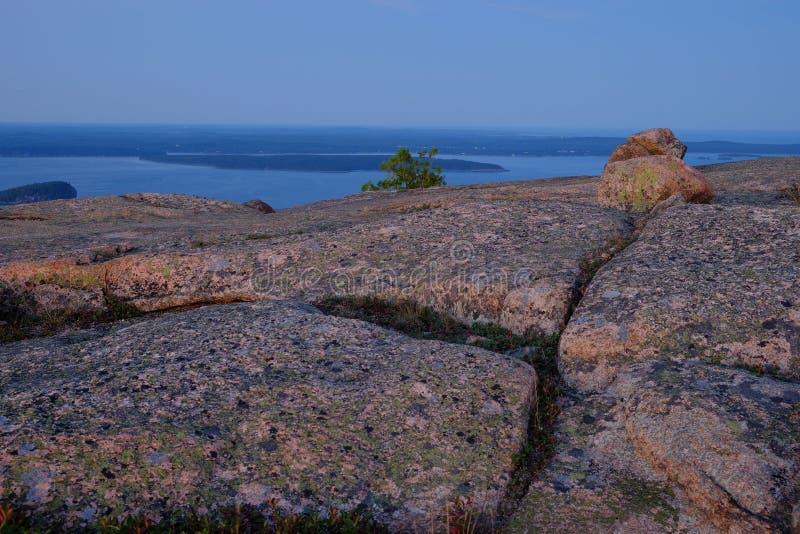 Alpenglow bij zonsondergang maakt de Roze Granietrotsen en de spleten o royalty-vrije stock foto's