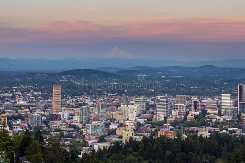 Alpenglow over Cityscape van Portland Oregon zonsondergang royalty-vrije stock foto