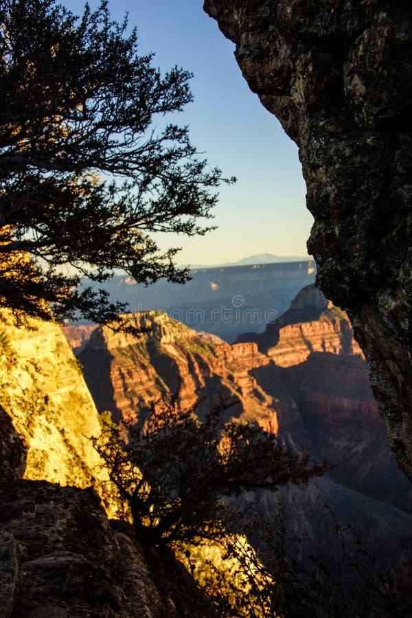 Alpenglow schildert de klippen en de randen stock fotografie