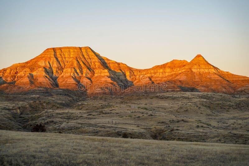 Alpenglow sur des falaises de montagne de bad-lands au Montana oriental images libres de droits