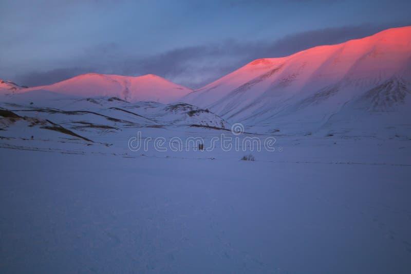 Alpenglowfenomeen bij de zonsondergang op de piek van Monte Vettore in Umbrië, Italië stock fotografie