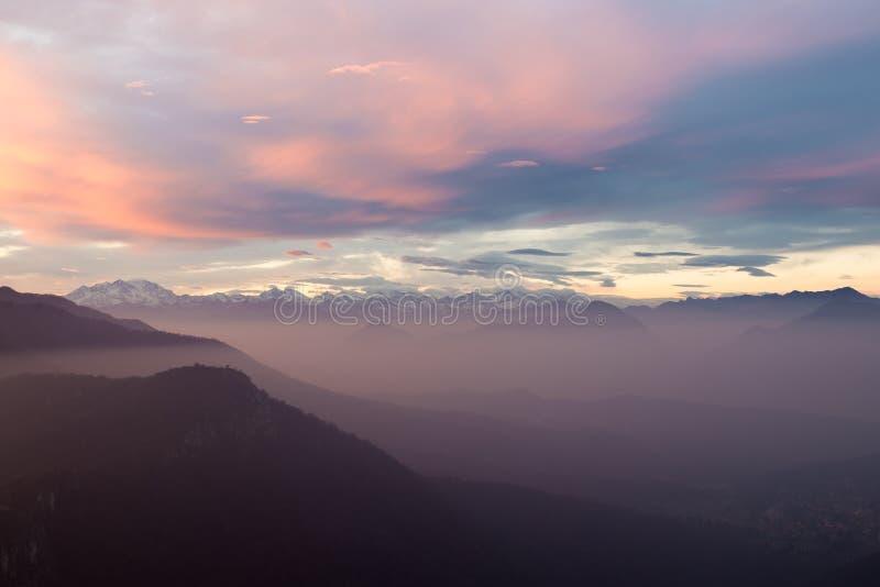 Alpenkette mit Monte Rosa, bunter Sonnenuntergang mit Nebel, Italien stockfotos