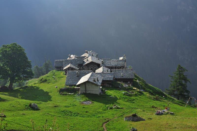 Alpenzu alpin by, Gressoney, Aosta dal royaltyfri foto