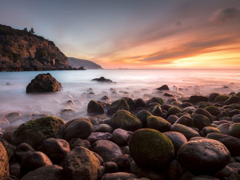 Alpertuche海滩在塞图巴尔,葡萄牙 库存图片