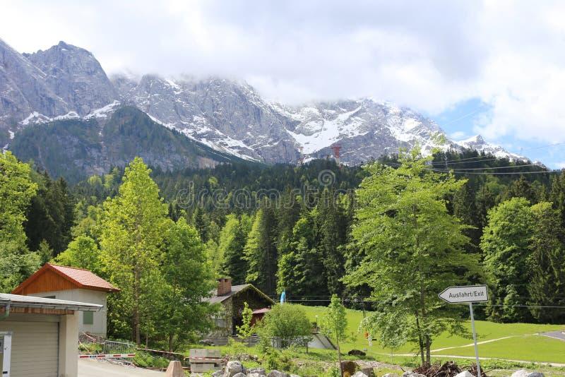 Alpes allemands pendant l'été image stock