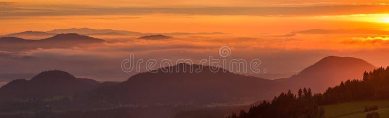 Alpes autrichiens au lever de soleil, panorama photographie stock libre de droits