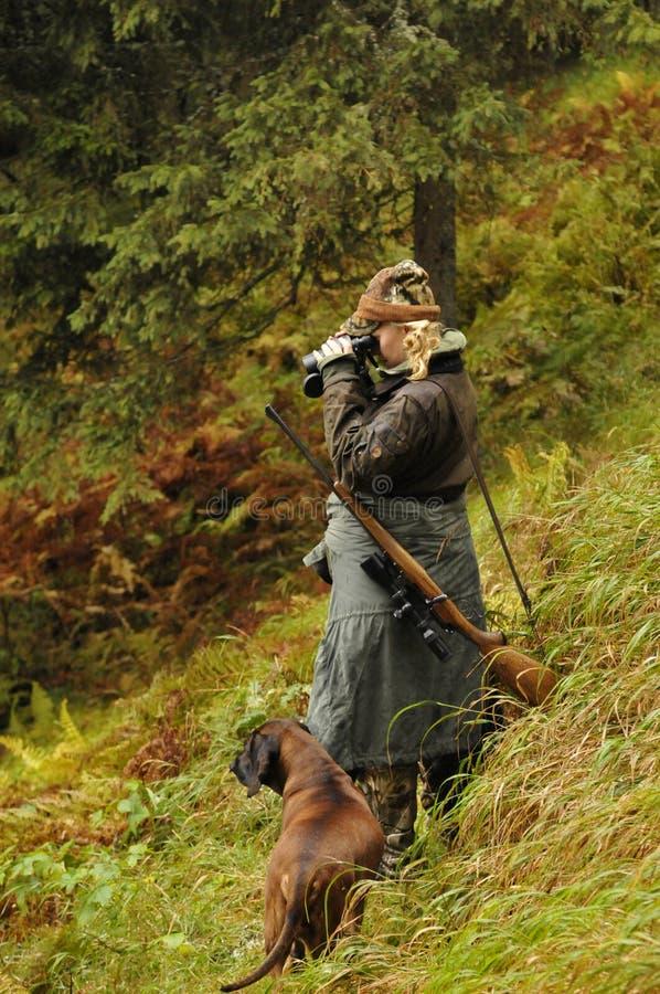 Alpes autrichiens : Chasseur de têtes de femme avec son chien photographie stock
