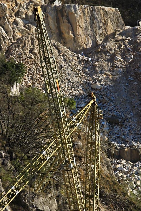 Alpes d'Apuan, Carrare, Toscane, Italie 28 mars 2019 Un pont roulant dans une carri?re de marbre blanche images stock