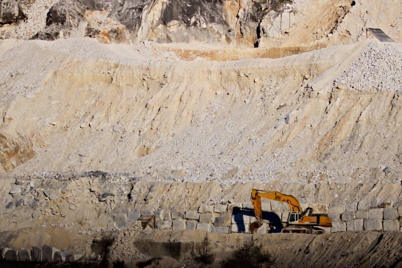 Alpes d'Apuan, Carrare, Toscane, Italie 28 mars 2019 Une excavatrice dans une carri?re du marbre blanc de Carrare image libre de droits