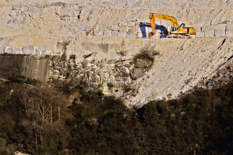 Alpes d'Apuan, Carrare, Toscane, Italie 28 mars 2019 Une excavatrice dans une carri?re du marbre blanc de Carrare images libres de droits