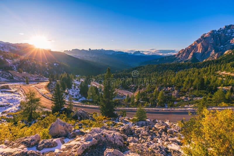 Alpes da dolomite em Italy Dia bonito As passagens da estrada no co fotos de stock