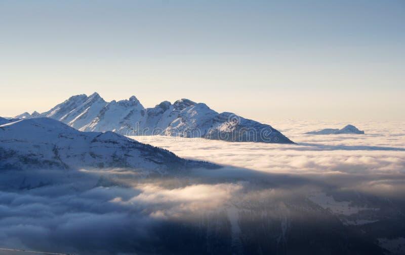 Alpes de l'hiver dans le coucher du soleil images stock