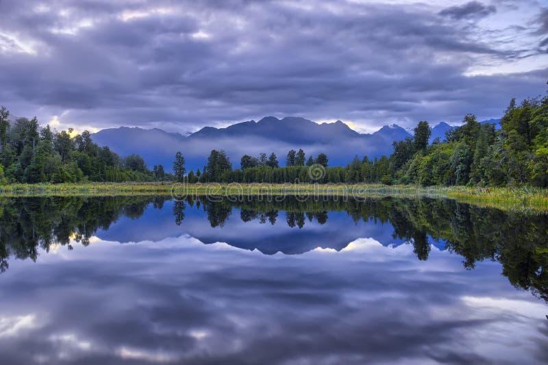 Alpes du sud reflétés dans le lac Kaniere photographie stock libre de droits