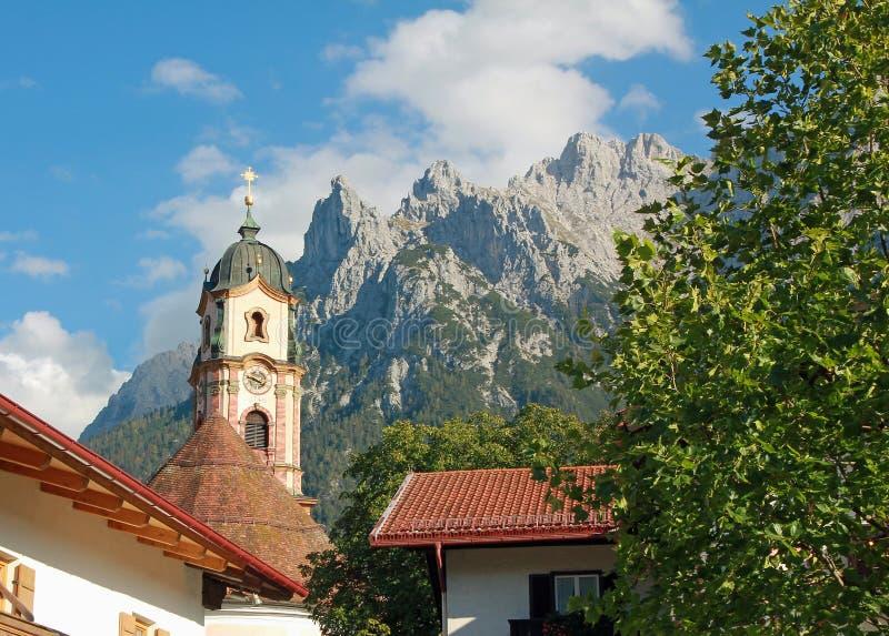 Alpes historiques pittoresques d'église et de karwendel, mittenwald photo stock