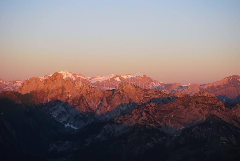 Alpes suisses au coucher du soleil images stock