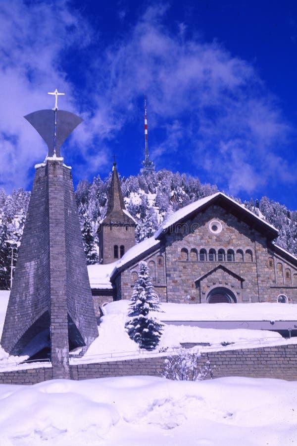 Alpes suisses : L'église catholique à St Moritz dans l'Engadin supérieur photos libres de droits