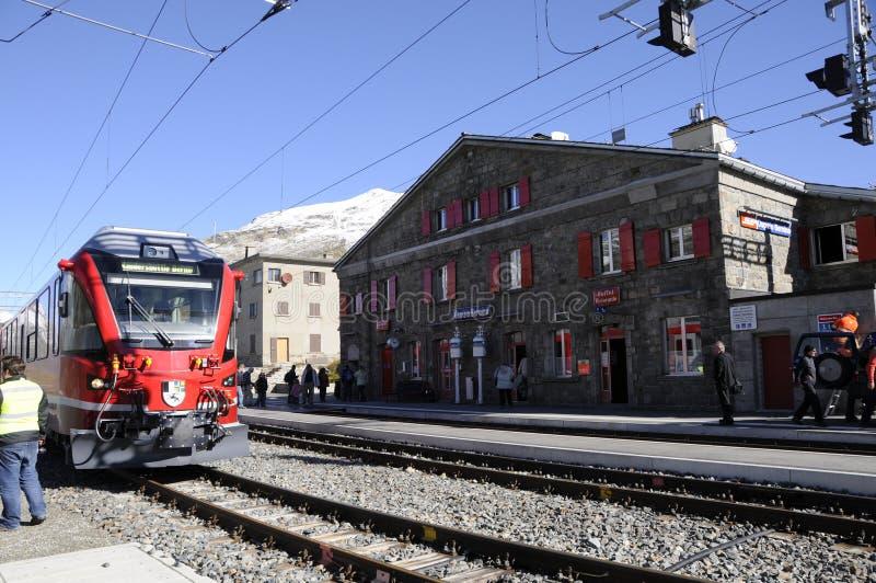 Alpes suisses : L'arrêt Bernina-Hospitz de train dans l'Engadin supérieur photos libres de droits