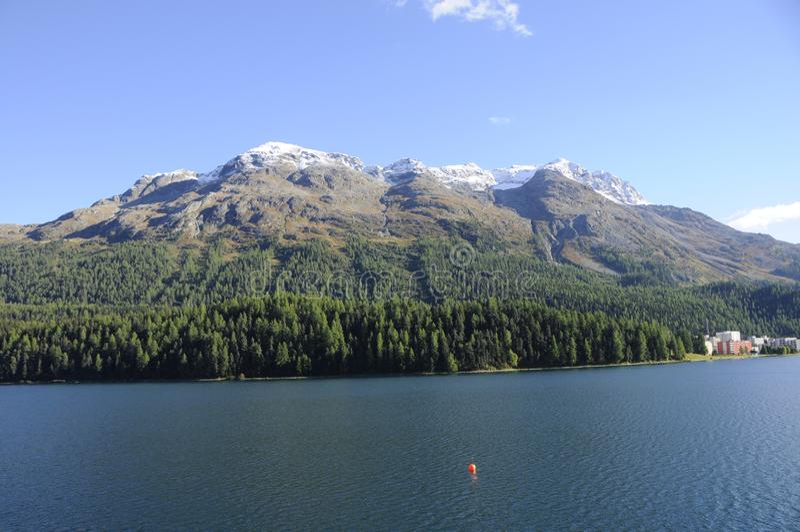 Alpes suisses : Opposé de Rosatsch de bâti de lac St Moritz dans la vallée de l'Engadin supérieur image stock