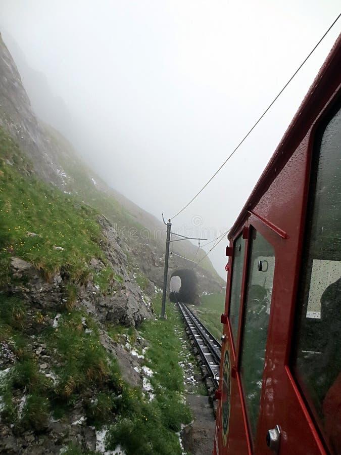 Alpes suisses rouges de chariot montant photographie stock