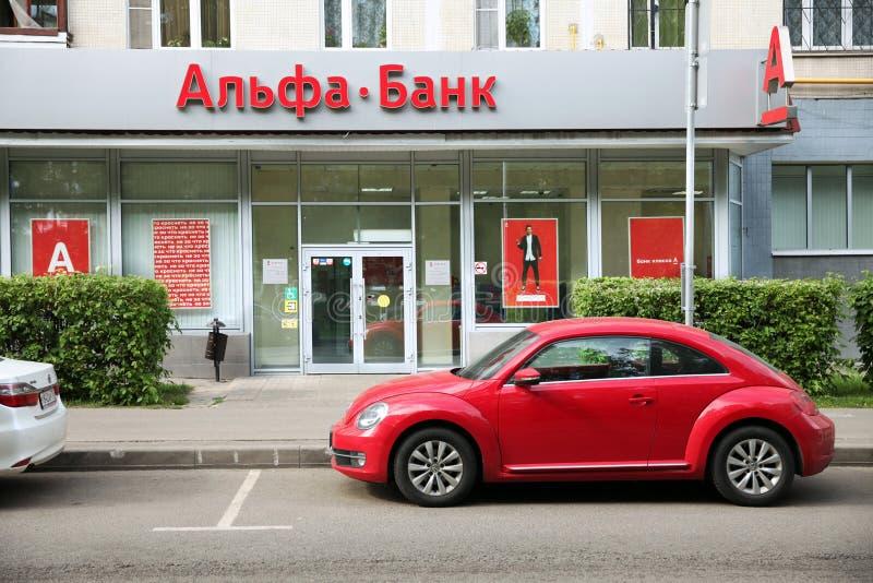 Alpha-Bankgeb?ude und ein rotes Auto in der N?he moskau 22 05 2019 stockbilder