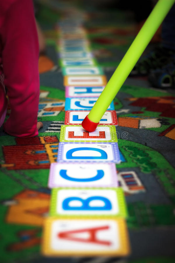 Alphabet auf Boden im Kindergarten lizenzfreie stockbilder