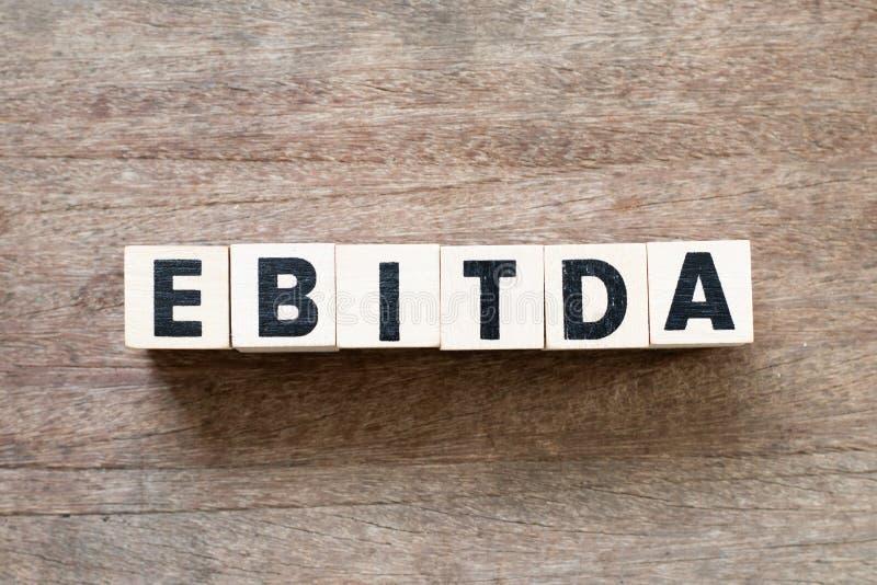 Alphabet Block im Wort EBITDA Abkürzung des Ergebnisses vor Zinsen, Steuern, Abschreibungen und Abschreibungen auf Holzgrund stockfotos