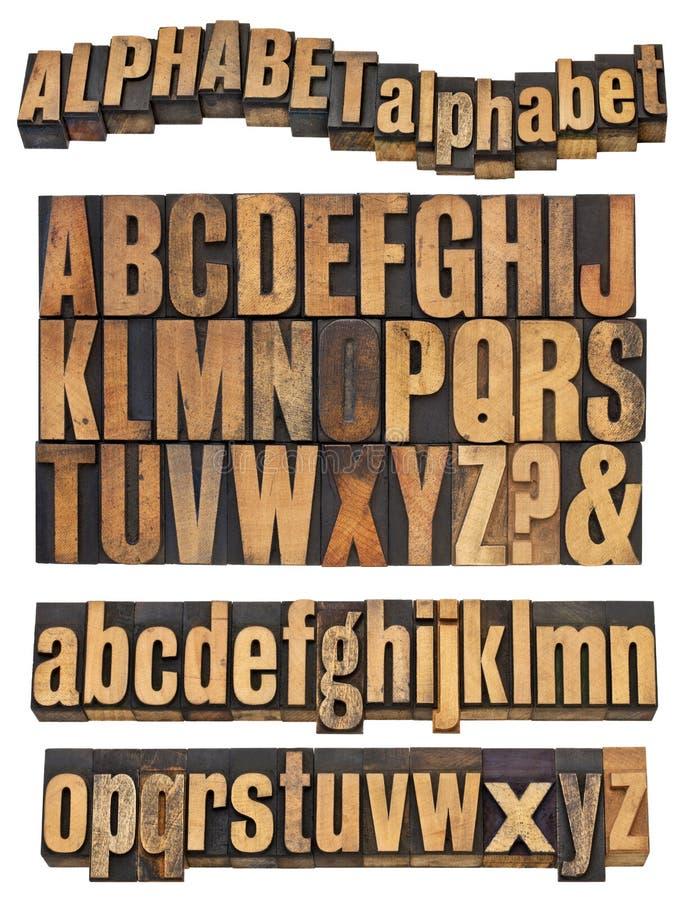 Alphabet dans le type en bois de cru photographie stock