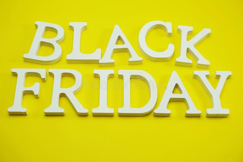 Alphabet de concept d'achats de vente de Black Friday sur le fond jaune images libres de droits