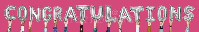 Alphabet des silbernen Graus steigt im Ballon auf, die Wortglückwünsche bildend lizenzfreies stockfoto