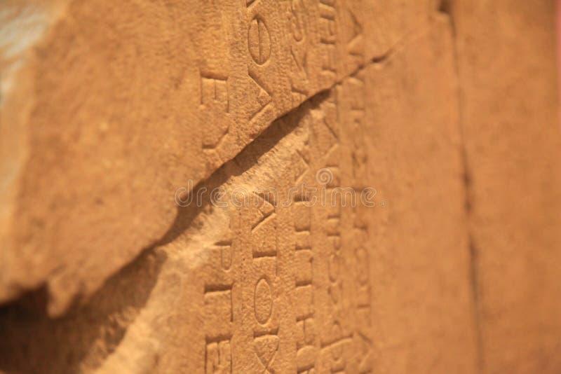 Alphabet grec sur la pierre antique images stock