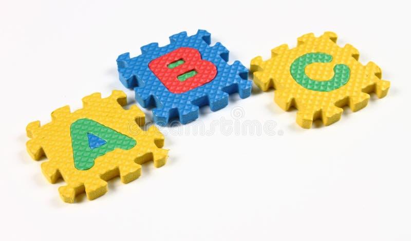 Alphabet-Puzzlespiel-Stücke auf weißem Hintergrund vektor abbildung