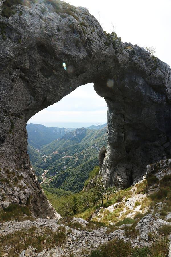 Alpi Apuane, Forte dei Marmi, Lucca, Tosc?nia, It?lia Monte Fora fotos de stock royalty free