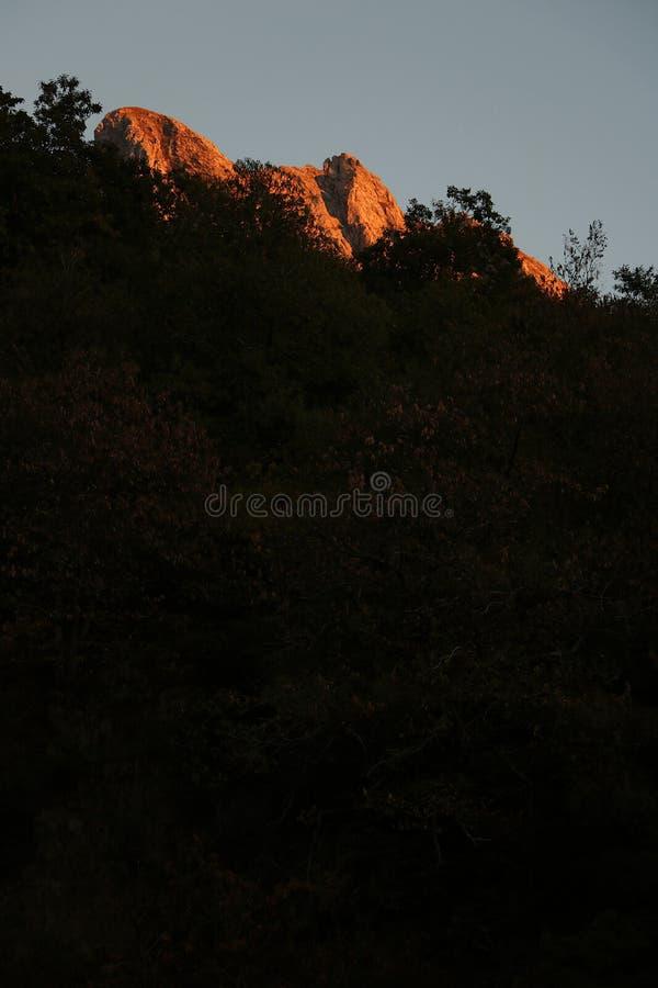 Alpi Apuane, Massa Carrara, Tosc?nia, It?lia Montanha iluminada fotos de stock