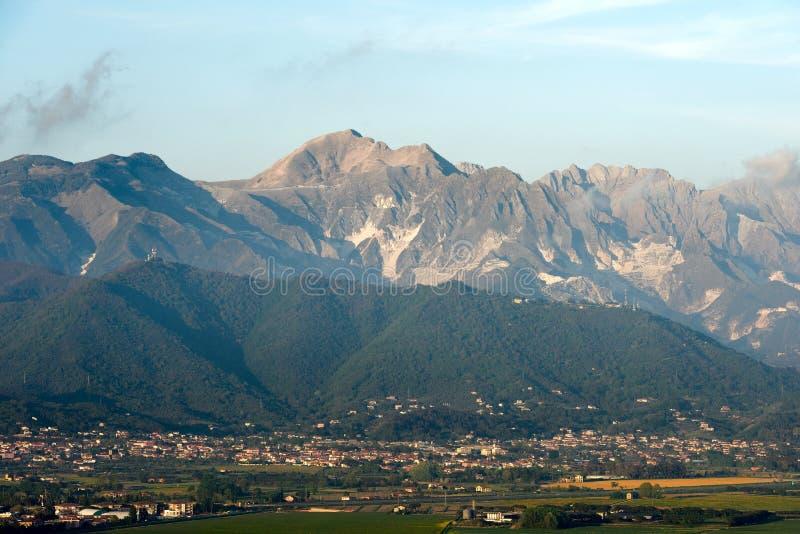 Alpi Apuane - montañas de Apuan - Italia imagen de archivo