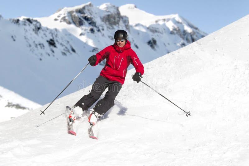 Alpi di corsa con gli sci dell'uomo fotografia stock libera da diritti
