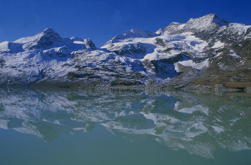 Alpi svizzere: ` Di Lago Bianco del ` del lago glacier al passaggio di Bernina nel Engain superiore immagini stock