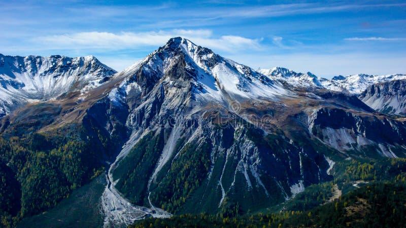 Alpien berglandschap in de recente daling met de eerste sneeuw die de top behandelen stock afbeeldingen