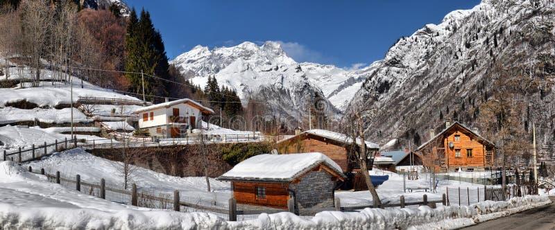 Alpien dorp in de winter op een zonnige dag royalty-vrije stock foto