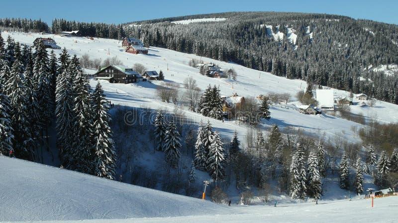 Alpien landschap in de winter onder vers sneeuwende sneeuw royalty-vrije stock foto