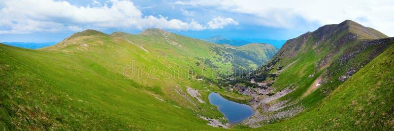 Alpien meer Brebeneckul op de zomerbergen stock afbeelding
